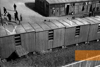 Bild:Lety, um 1942, Das »Zigeunerlager Lety«, Výbor pro odškodnění romského holocaustu