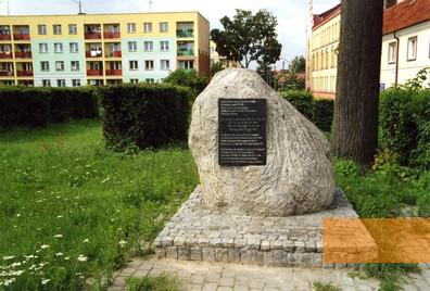 Bild:Goldap, 2009, Gedenkstein am ehemaligen Standort der Synagoge, Stiftung Denkmal